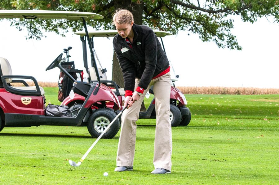Student golfs at Business Week outing