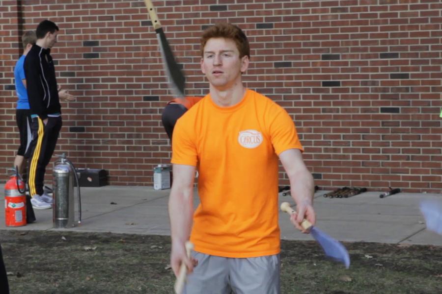 Thomas Kawalek juggles