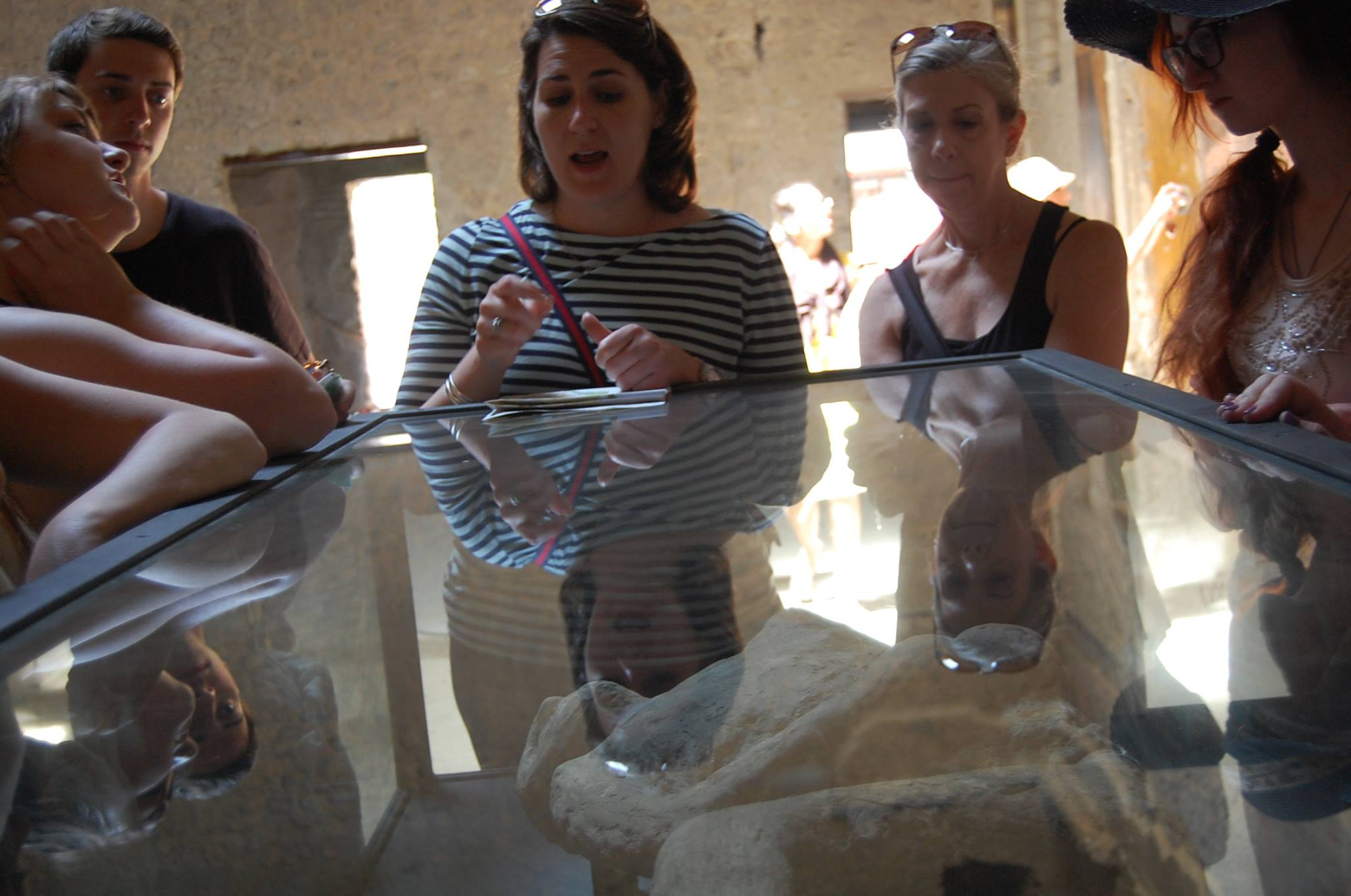 imaeg of Lea Cline and students at Pompeii.