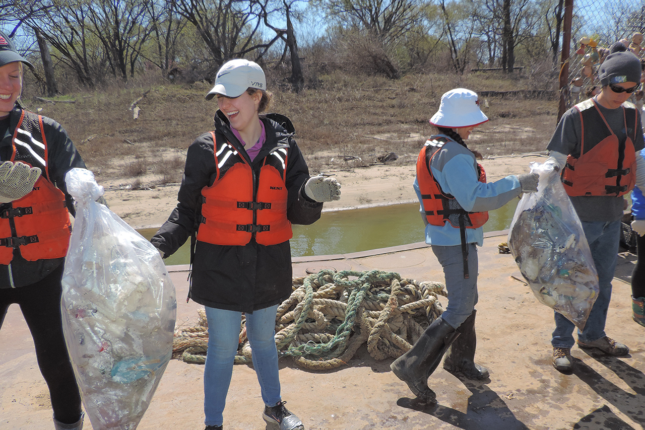 Illinois State students participate in Alternative Spring Break 2017. Gathering trash