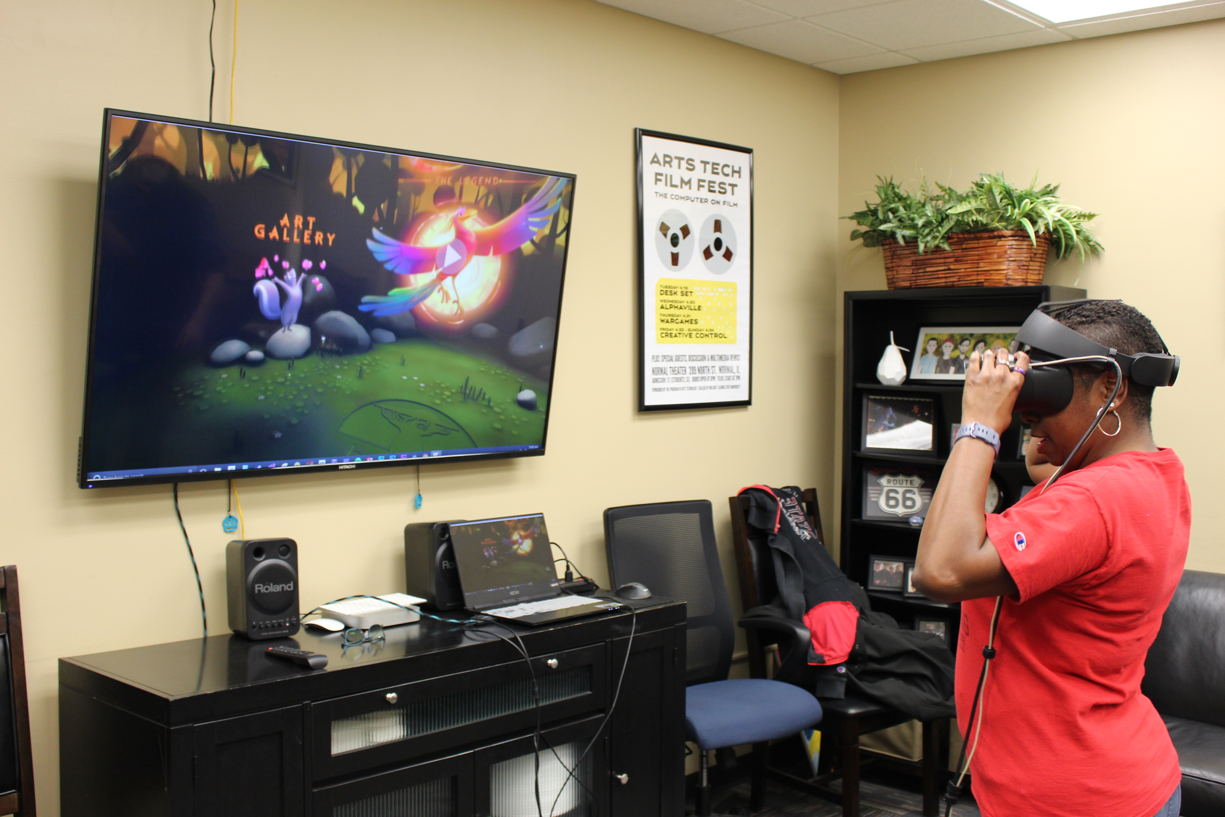 Illinois State staff member uses VR