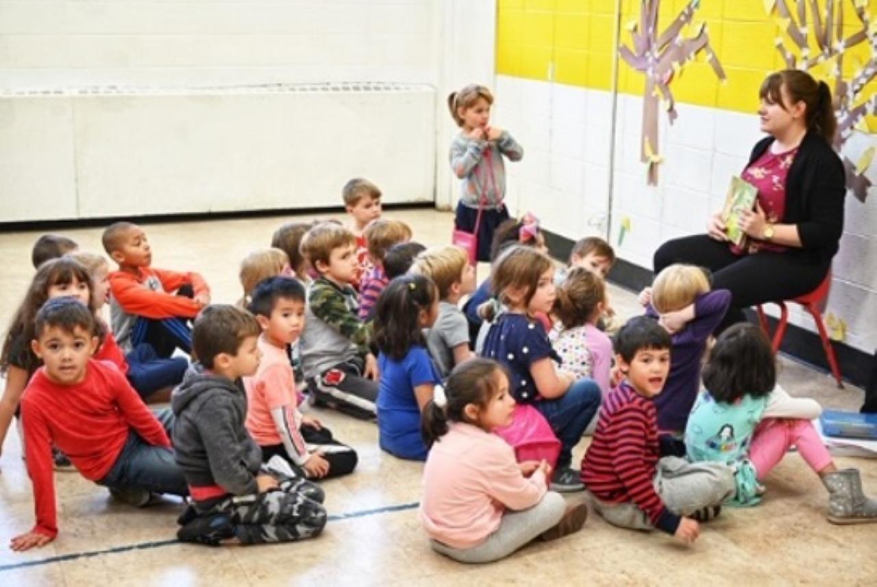 ISU student teacher reads to children.