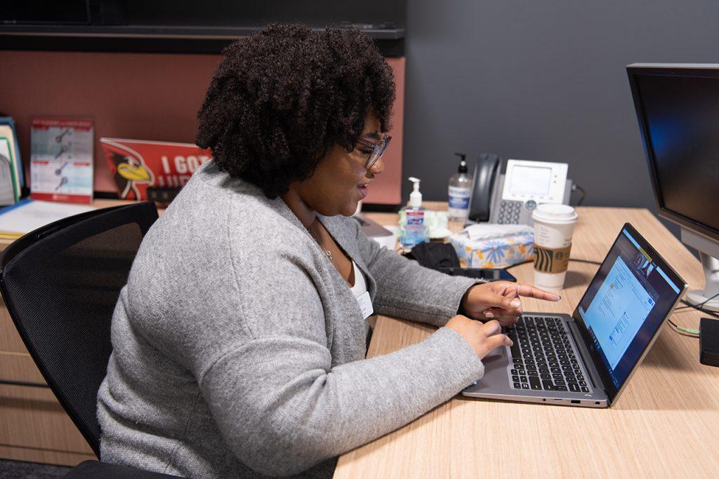 Lauren Harris virtually helps a student organize their resume.