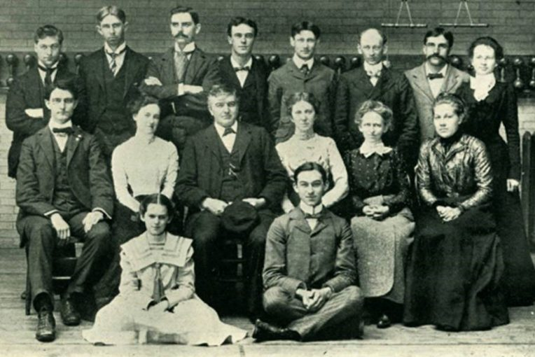 A black and white photograph of three rows of people, The Vidette staff including Ange MIlner, in 1900.