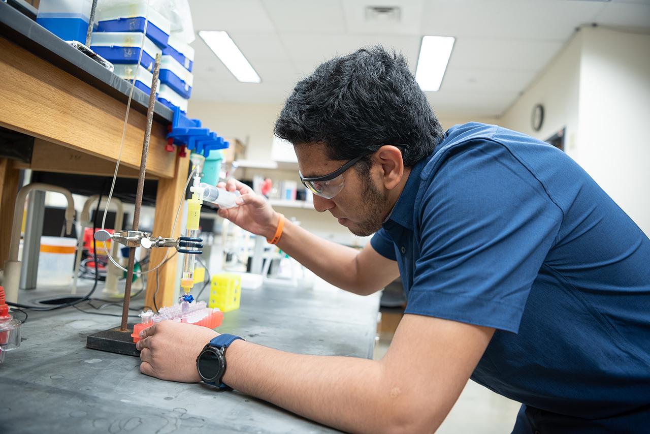 Faeq Zaman a cloné un gène dans le cadre de ses recherches dans le bâtiment du laboratoire scientifique.
