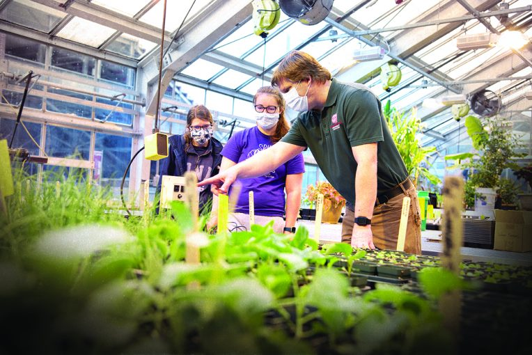 Horticulture students with Professor Kopsell