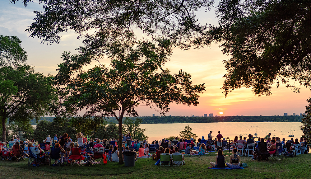 What a view! Comets enjoy the sunset while listening to great music from the outdoor concert at the 2017 Alumni Signature Summer event.