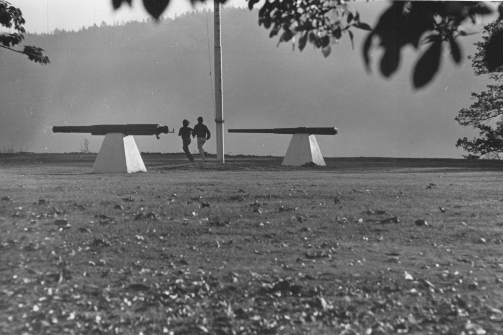 Runners passing by the Cannons, 1971