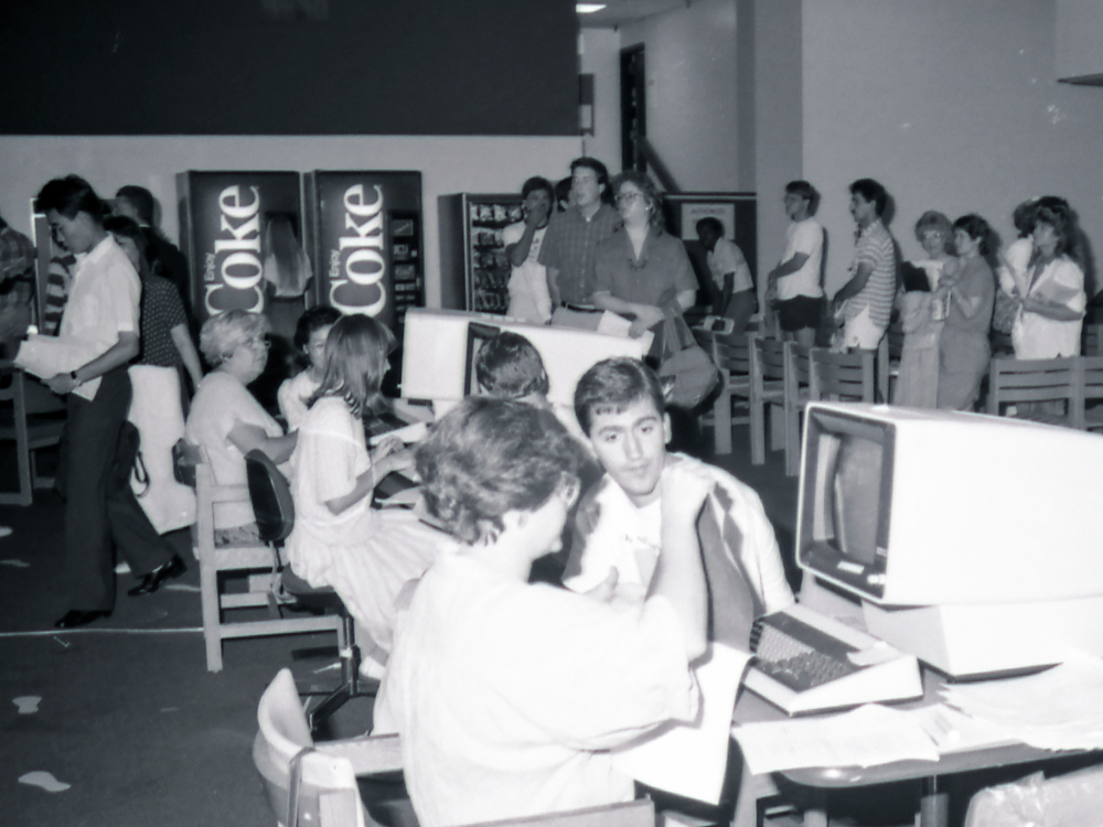 Students meet with advisors to sign up for classes in the '80s